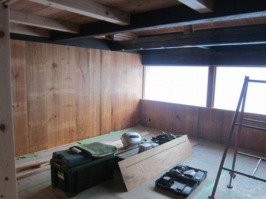 子供室。古材床板の裏側使った板壁はザラッと感がカッコ良かったです。