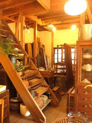 奥には古材や古建具。