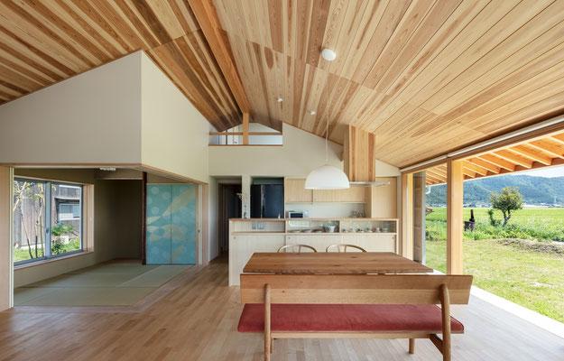 棟部分のポケットスペースは子供室とつながっている。襖紙は野田版画工房