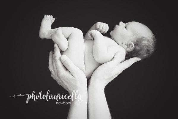 Babyfotos Eltern Hände Papa hält Baby