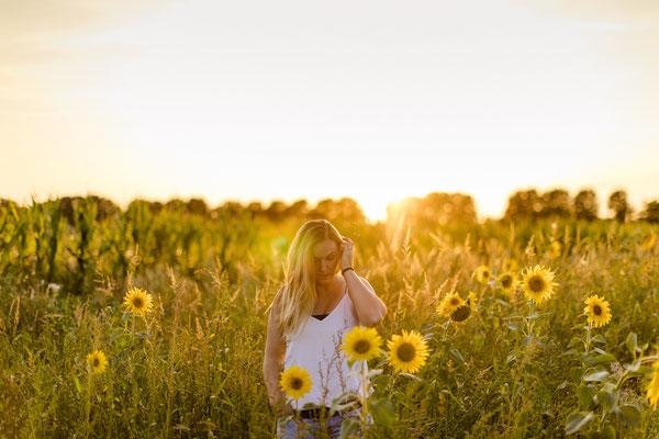 Portrait Outdoorshooting Sonnenblumen Abendsonne Gummersbach Engelskirchen Wiehl NRW