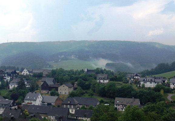 Dampfende Hügel über Rattlar