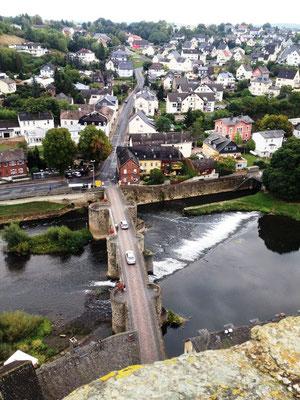 Blick vom Turm der Burg Runkel auf Ort und Brücke