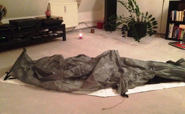 Bisher konnte ich das Zelt nur drinnen auslegen. Im Teppich halten die Heringe nicht :-(