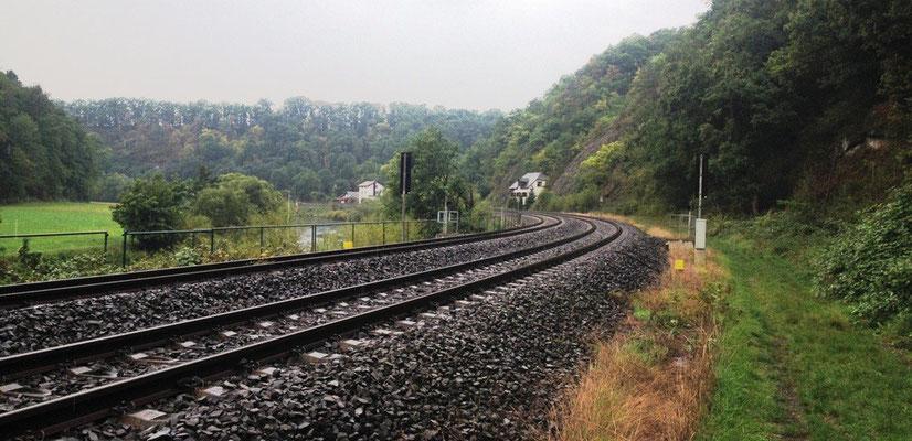 Manchmal führt der Lahnwanderweg direkt an den Schienen entlang