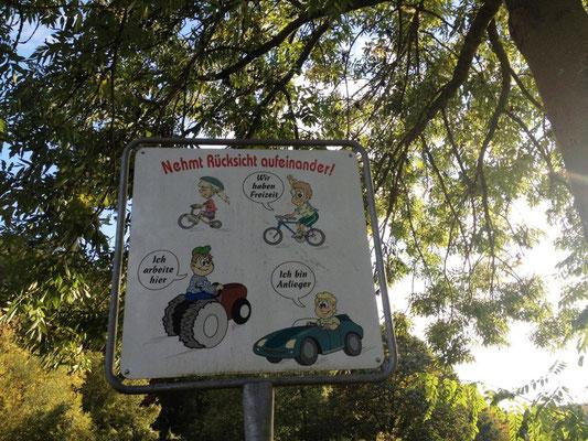 Dieses Schild steht überall am Aar-Höhenwanderweg