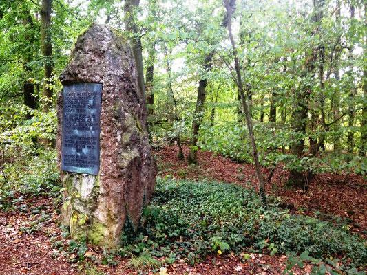 Gedenkstein an 250 Opfer aus dem Blücherschen Heer (1613/14), die hier begraben sind.