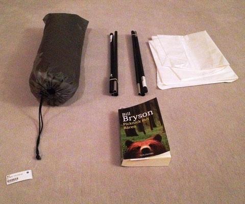 Tarptent Notch, noch verpackt. Dazu 2 Aufstellstangen, Unterlage. Nicht viel größer und schwerer als ein Buch.