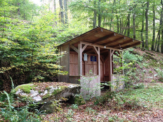Neue Schutzhütte am Aar-Höhenwanderweg (schlafen kann man hier nicht...)