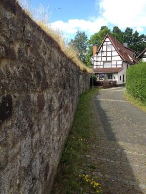 Lüdge: an der Stadtmauer entlang geht es aus der Stadt hinaus
