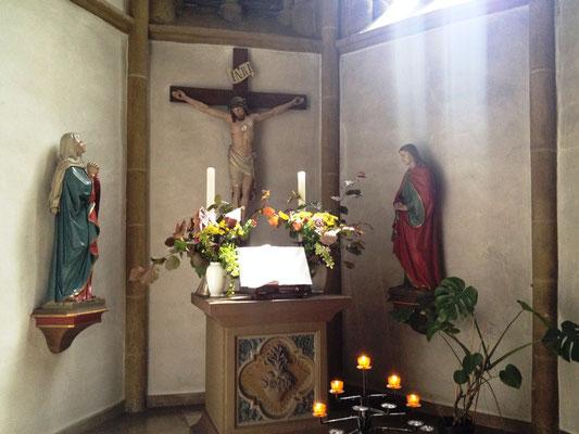 St. Nikolaus, der Erker mit dem ausgelegtem Buch vor Jesus, Maria und Maria