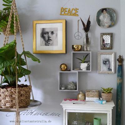 Galeriewand mit Kohlezeichnung