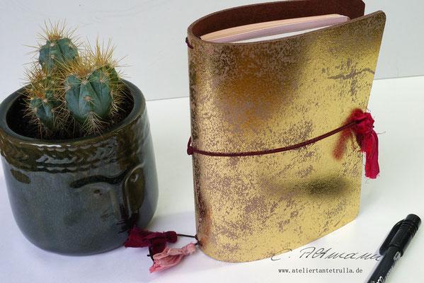 goldenes Traveler's Notebook aus Leder mit Sari-Seide www.ateliertantetrulla.de