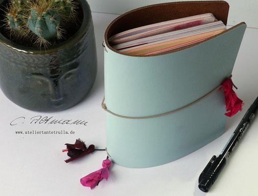 hellblaues Traveler's Notebook aus Leder mit Sari-Seide www.ateliertantetrulla.de