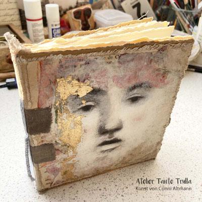 Mini-Buch mit gemaltem Gesicht