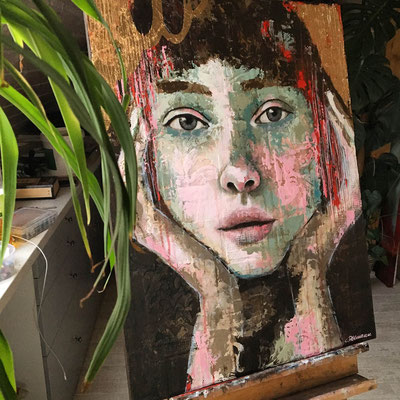 abstract palette knife painting face with gold leaf www.ateliertantetrulla.de