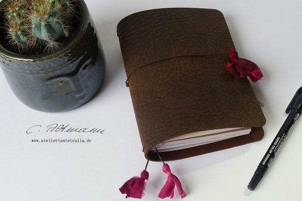 braunes Traveler's Notebook aus Leder mit Sari-Seide www.ateliertantetrulla.de
