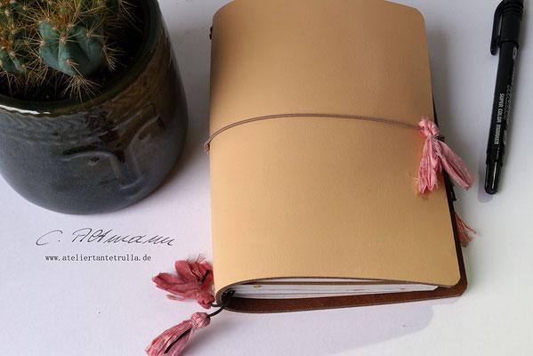 beiges Traveler's Notebook aus Leder mit Sari-Seide www.ateliertantetrulla.de