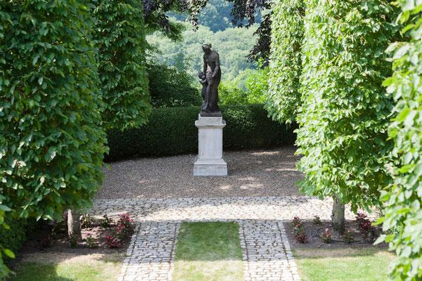 statue représentant mère et enfant, Domaine le Chatel,gîtes près de Verdun