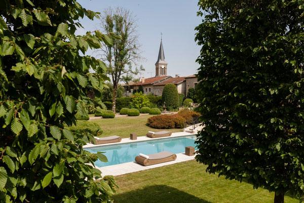 belle vue sur la piscine , gîtes Domaine Le Chatel et le clocher de beaulieu-en-Argonne près de Verdun