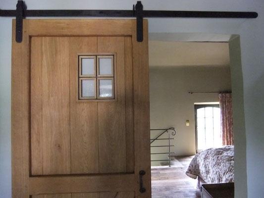 vue sur la chambre prise de la salle de bain gîte Koetshuis