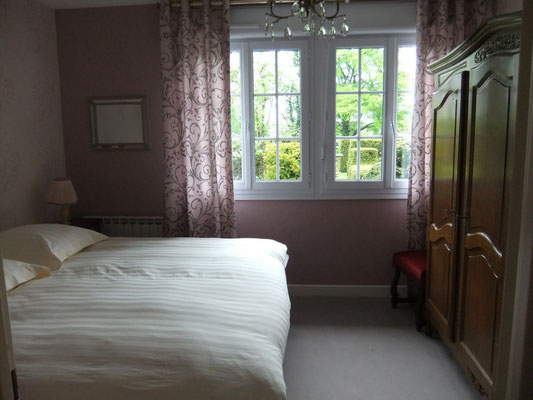chambre côte jardin,  grand lit - 2 personnes  ,gîte Maison Blanche