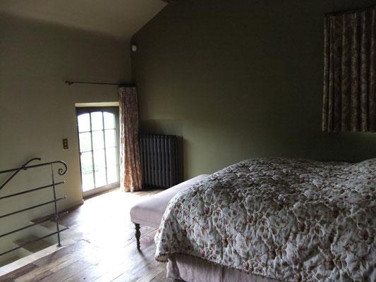 la chambre donne vue sur le grand jardin  d'en face et le paysage impressionnant gîte Koetshuis