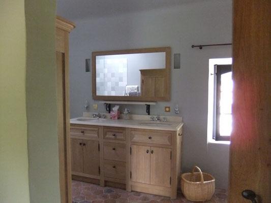 salle de bain à douche italienne et double lavabogîte Koetshuis