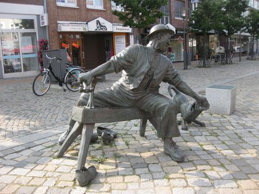 Skulptur des Preetzer Schusters, viele Schusterwerkstätten prägten um die Jahrhundertwende das Stadtleben