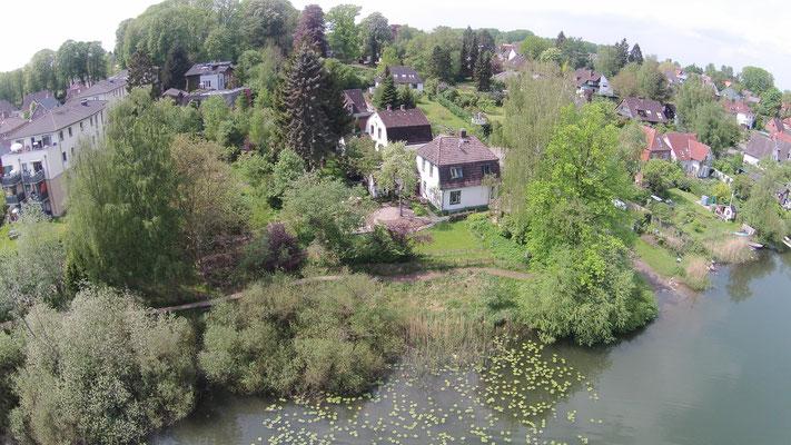 """Blick auf das Ferienhaus am Kirchsee, der Garten der """"alten Musikschule"""", im Hintergrund die """"alte Musikschule"""" mit Anbau (Rückseite)"""