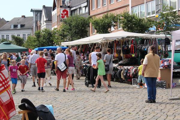 Flomarkt-Treiben auf dem Marktplatz