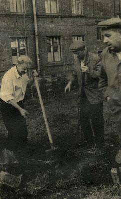 Ломами вскрывали фундамент. Выкапывали булыжники, железные балки, кирпичи.