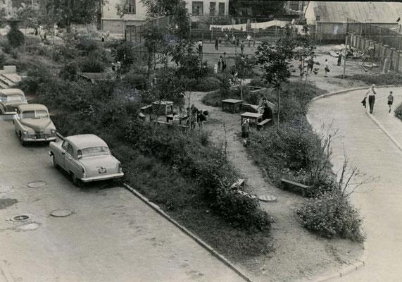 И вот результат. Зеленая зона и спортивная площадка за сеткой. 1963.