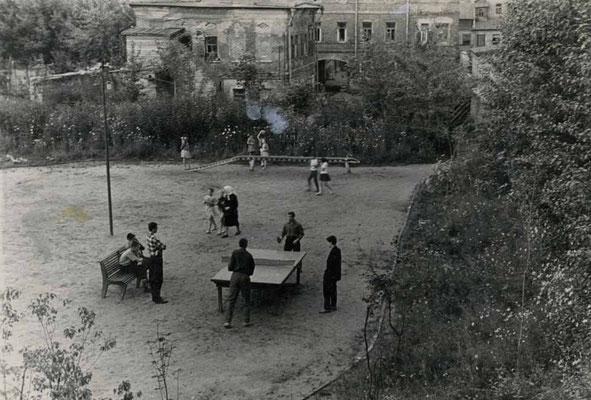 За первой – вторая спортплощадка. Теперь большие ребята и подростки не будут мешать друг другу. 1964-1965