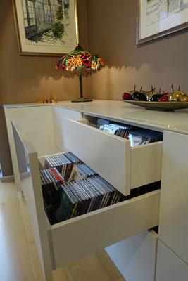 CDs ordentlich sortiert im Schubladensystem