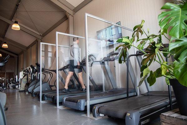 Trennwand zwischen Fitnessgeräten