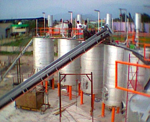 Usine de production de charbon de bois au Chili : remplissage des fours
