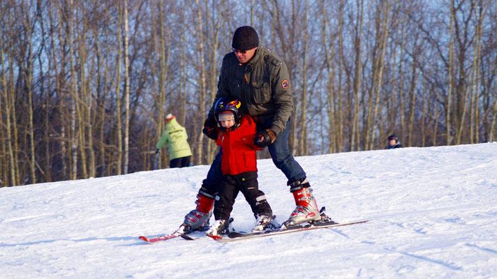 Vater mit Sohn beim Ski fahren in Winterberg