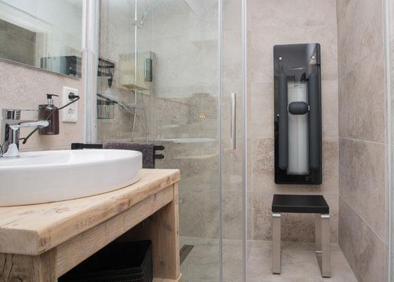 Bad mit bodentiefer Dusche und Infrarotpanel