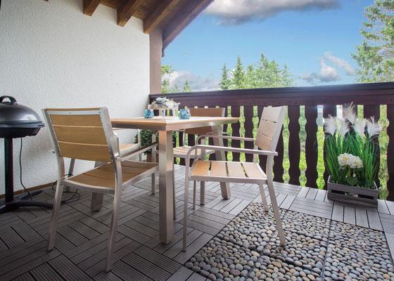 Balkon 2 mit Frühstückstisch