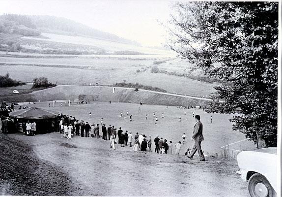 Blick auf den Sportplatz von der Stede aus