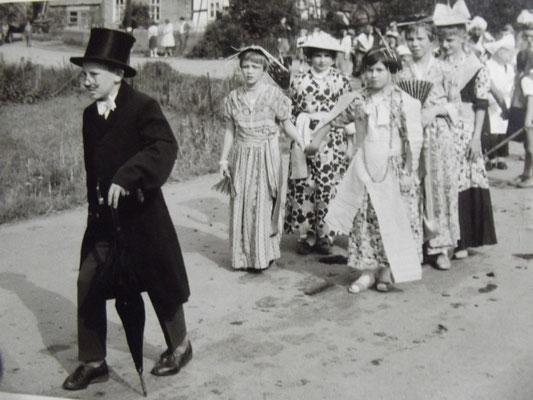 Kinderschützenfest ca 1965 unter Regie von Lehrer Rotbrust - Foto von Monika Müller
