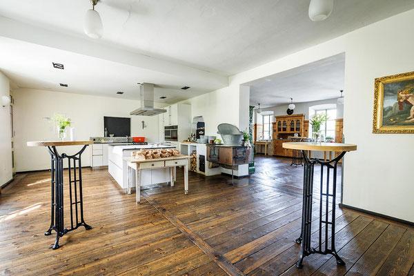 Gasthaus zum Brünnstein Oberaudorf Küche und Gaststube ohne Bestuhlung
