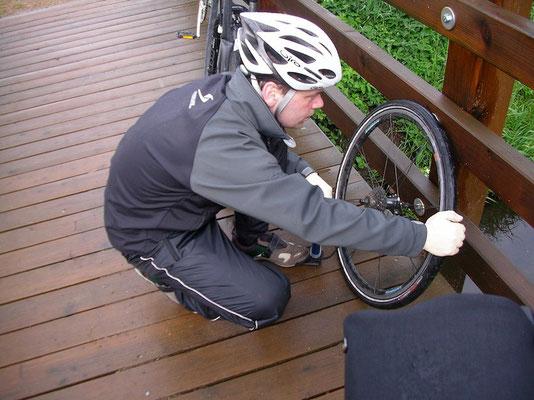 Beim Aufpumpen immer auf richtigen Sitz des Reifens achten!