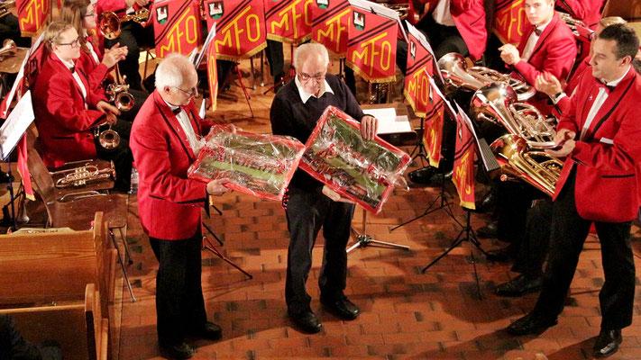Fritz und Hans erhalten ein Verabschiedungsgeschenk, welches die beiden an gemeinsame Tage mit der MFO erinnert
