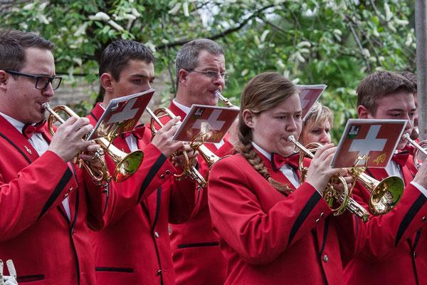 Die MFO am Wettbewerb unter dem Baum in Dobcross    Foto: Bob Hindley