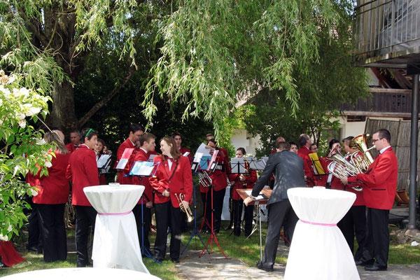 Die Band bereitet sich für das Hochzeitsapéro Ständchen vor