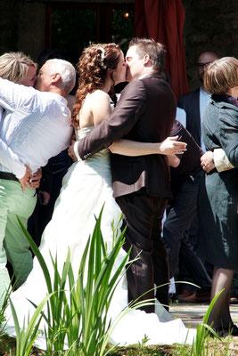 Die Papparazzi verlangen dem Brautpaar alles ab...