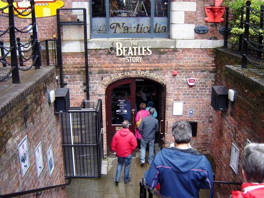 "Beim Eingang zum ""Beatles-Museeum"""