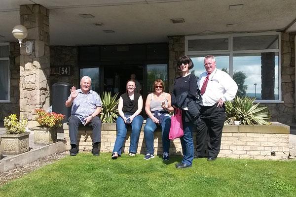 """Die Gastgeber Phil Beck mit Familie und Richard, unser """"King of the road"""""""